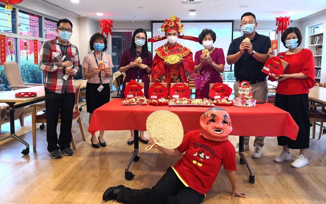 兩董事局成員到我們華人服務社頤養院向院友拜年